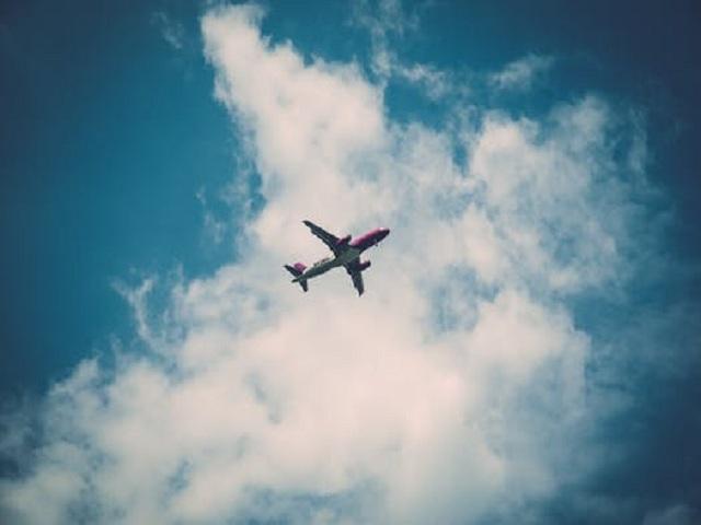 Flygplan mot blå himmel