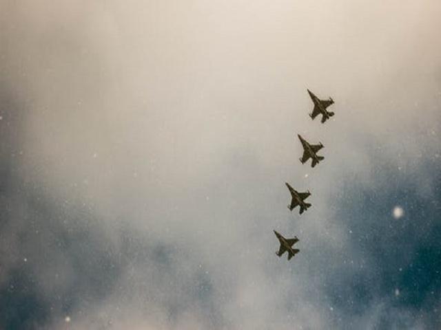 Fyra plan mot grå himmel